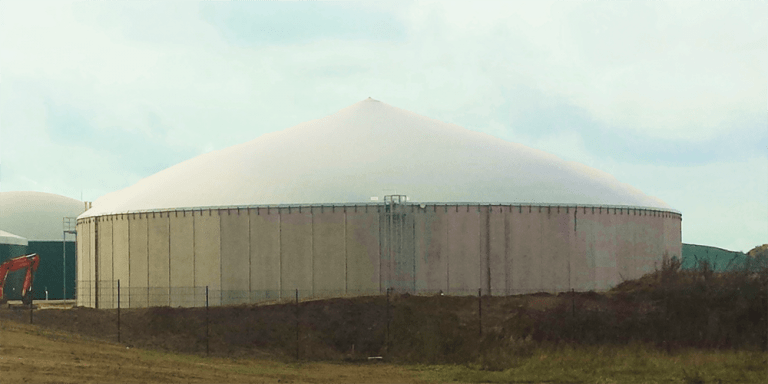 The Flexxocover with lung is a double layer membrane roof, which is used in a silo for gas storage. The inner membrane keeps (bio)gas inside and the tense outer membrane keeps out external influences. Click here for more information about this silo cover of Flexxolutions.