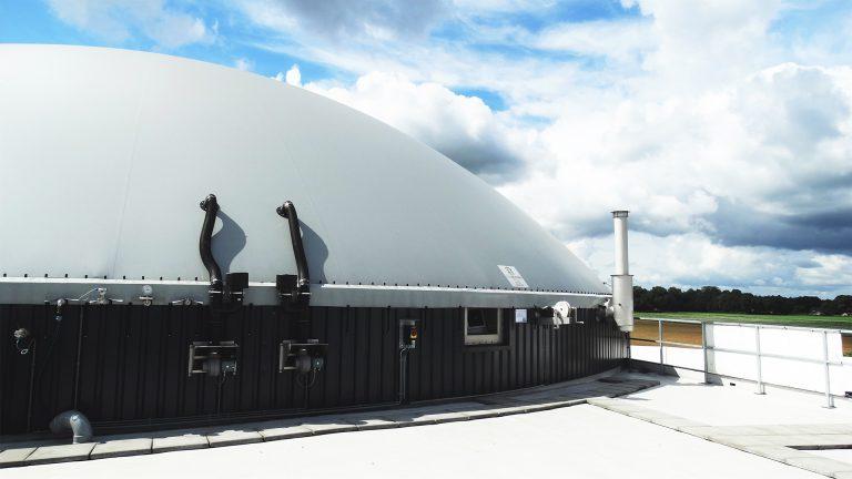 Een grote Flexxodomer van Flexxolutions. Dit product heeft een dubbellaags biogasdak.