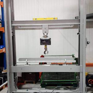 Avec cette machine d'essai de traction, Flexxolutions teste par exemple les pièces où les bandes de soudure sont soudées sur les parties du toit.